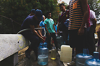 CARACAS - VENEZUELA, 11-03-2019:  En las tomas de agua de la Cota Mil personas hicieron cola desde las 4:00 a.m para poder cargar al menos un poco. Mientras que en Lomas del Ávila les tocó sacar agua de un pozo causado por la ruptura de un tubo en la zona durante el 4° día de apagón que afectó Caracas y 22 estados de Venezuela debido a un fallo en Guri (Estado de Bolívar), una de las mayores represas de generación de energía eléctrica en América Latina, solo superada por la de Itaipú (entre Brasil y Paraguay). / In the water intakes of the Cota Thousand people lined up from 4:00 a.m to be able to load at least a little. While in Lomas del Ávila they had to draw water from a well caused by the rupture of a pipe in the area during the 4th day of electricity power outage that affected Caracas and 22 states of Venezuela due to a failure in Guri (State of Bolívar), one of the largest electric power generation dams in Latin America, second only to that of Itaipú ( between Brazil and Paraguay). Photo: VizzorImage / Carolain Caraballo / Cont