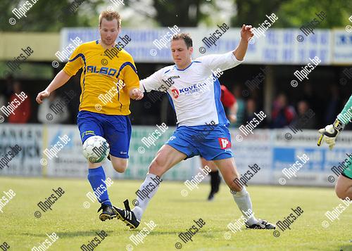 2014-05-01 / Voetbal / seizoen 2013-2014 / Schriek - De Kempen / Jonas Leysen (l. De Kempen) met Sven Van Vlasselaer<br /><br />Foto: mpics.be