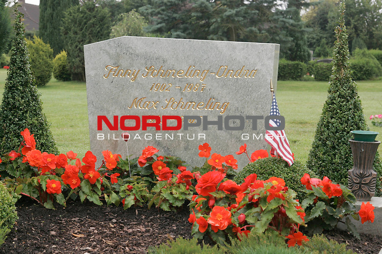 Grabstaette von Max Schmeling (gestorben 2.2.2005) und seiner Ehefrau Anny Schmeling-Ondra auf dem Friedhof der Gemeinde Hollenstedt in der Nordheide, Niedersachsen. <br /> Die Boxlegende w&scaron;re am 28.September 2005 100 Jahre alt geworden.<br /> Grabstein mit goldener Inschrift, davor rote Geranien und eine USA-Flagge.<br /> Foto &copy; nordphoto <br />  *** Local Caption *** Foto ist honorarpflichtig! zzgl. gesetzl. MwSt.<br />  Belegexemplar erforderlich<br /> Adresse: nordphoto<br /> Georg-Reinke-Strasse 1<br /> 49377 Vechta