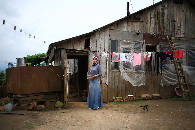 Ein Frau der meschetischen Minderheit in Nasakirali in Georgien / Meskhetian girl in the village of Nasakirali, Georgia.