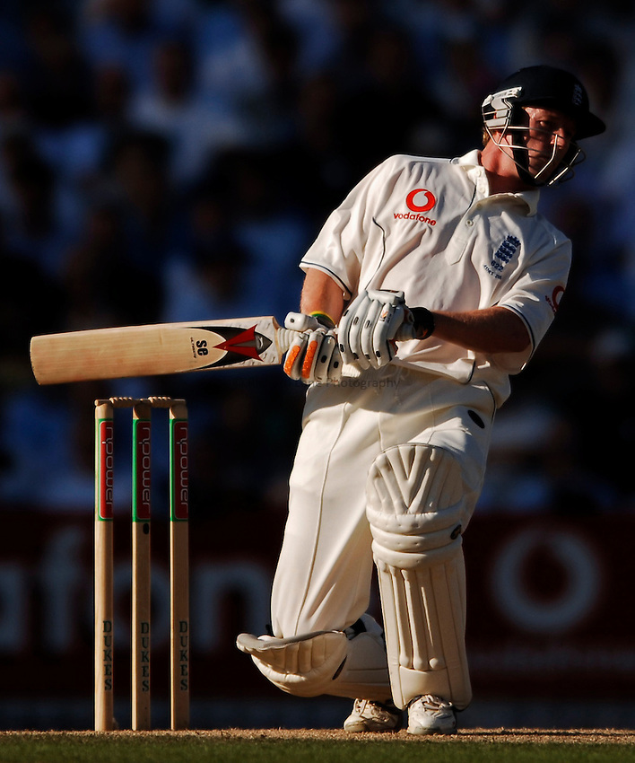 Photo: Glyn Thomas..England v Australia. nPower Test Series. The Ashes 2005..08/09/2005..England's Paul Collingwood sways out of the way of a bouncer.