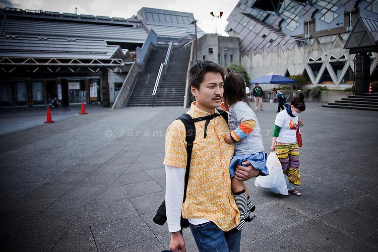 Tokyo, April 20 2011 -  .(eng) Ryota Suzuki and his family leaving the Tokyo Budokan, temporary shelter, for its new public housing unit. The family will live separetely durnig several months or years. Ryota will go back to Iwaki to finish his studies, while his wife and children will stay in Tokyo...(fr) La famille de Ryota Suzuki va vivre separee pendant plusieurs mois ou annees. Ryota va laisser sa femmes, ses deux enfants et la famille de sa soeur a Tokyo, pour aller finir ses etudes a Iwaki. Ses parents et sa grand mere souhaitent repartir dans leur region et trouver un nouveau logement a Iwaki, leur maison ayant ete detruite par le tsunami.