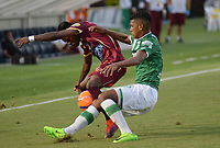 IBAGUÉ -COLOMBIA, 15-04-2017. Jader Obrian (Izq) jugador de Deportes Tolima disputa el balón con Jeison A. Angulo (Der) jugador del Deportivo Cali durante partido por la fecha 13 de la Liga Águila I 2017 jugado en el estadio Manuel Murillo Toro de la ciudad de Ibagué./ Jader Obrian (L) player of  Deportes Tolima vies for the ball with Jeison A. Angulo (R) player of Deportivo Cali during match for date 13 of the Aguila League I 2017 played at Manuel Murillo Toro stadium in Ibague city. Photo: VizzorImage / Juan Carlos Escobar / Cont