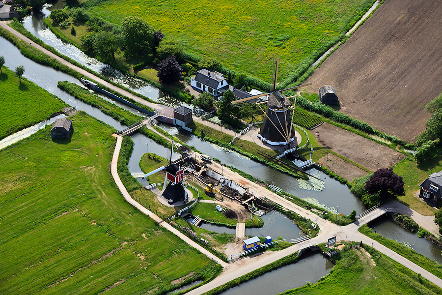 Nederland, Utrecht, Maarssen, 23-05-2011; Oud-Zuilen, wipmolen (Buitenwegse Molen) en poldermolen (Westbroekse Molen) aan de .Nedereindsevaart in polder Westbroek. .Two mills for drainage in the polder Westbroek. .luchtfoto (toeslag), aerial photo (additional fee required).copyright foto/photo Siebe Swart( aan de .Nedereindsevaart