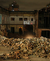 SAO PAULO, SP, 28 DE FEVEREIRO 2013 - QUEDA DE MARQUISE - Bombeiros procuram por pessoas sobre os escombros da marquise de um prédio que desabou no bairro da Liberdade, região central de São Paulo, no início da noite desta quinta-feira. Pelo menos uma pessoa morreu no incidente. FOTO: VANESSA CARVALHO - BRAZIL PHOTO PRESS