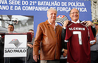 SAO PAULO, SP, 18 DE MAIO DE 2012 - INAUGURACAO 21 BPMM<br /> O governador Geraldo Alckmin (d) recebe camisa do Juventus durante a inauguracao nesta sexta-feira, 18, da nova sede do 21º Batalhão de Policia Militar Metropolitano na Mooca, zona leste.FOTO ALE VIANNA - BRAZIL PHOTO PRESS.