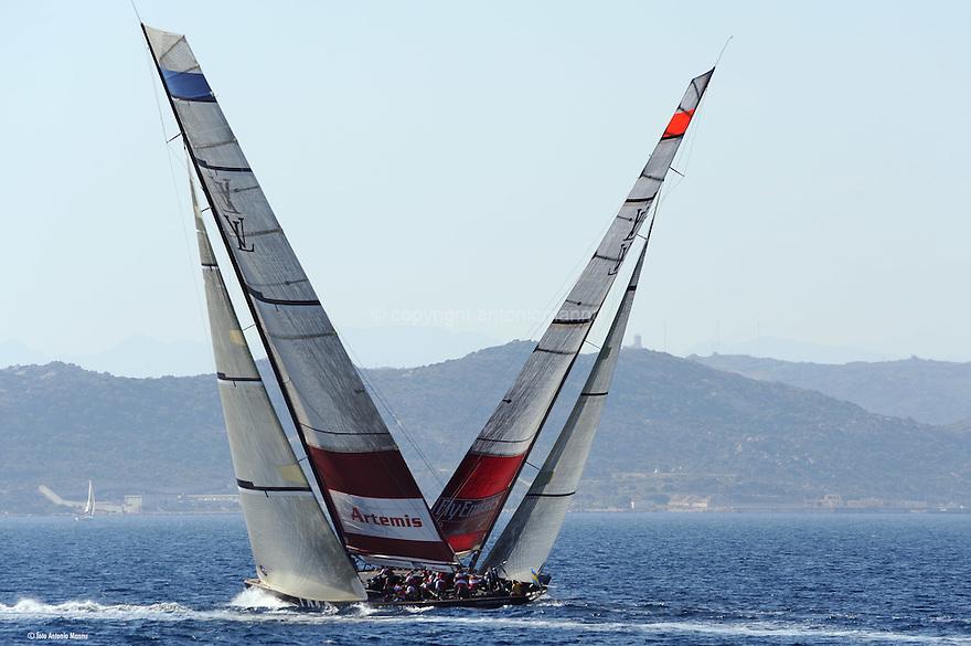 Louis Vuitton Trophy La Maddalena 4 giugno 2010. Artemis ed Emirates Team New Zealand incrociano le rotte durante la semifinale. Sullo sfondo le isole di Santo Stefano e Maddalena