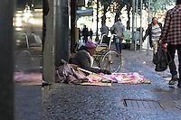 SÃO PAULO, SP, 16.06.2016 - CLIMA-SP - Idoso é visto no chão em frente à sede da OAB, na Praça da Sé em São Paulo (SP) nesta manhã de quinta-feira (16). (Foto: Adailton Damasceno/Brazil Photo Press)