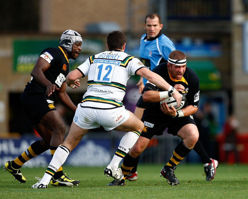 Photo: Richard Lane/Richard Lane Photography.London Wasps v Northampton Saints. Guinness Premiership. 04/10/2009. Wasps' Phil Vickery attacks.