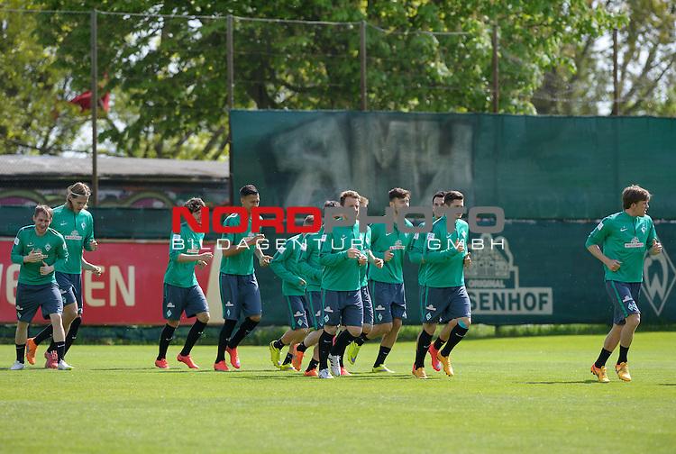 08.05.2015, Trainingsgelaende, Bremen, GER, 1.FBL, Training Werder Bremen, im Bild Die Spieler beim Aufw&auml;rmen<br /> <br /> Foto &copy; nordphoto / Frisch