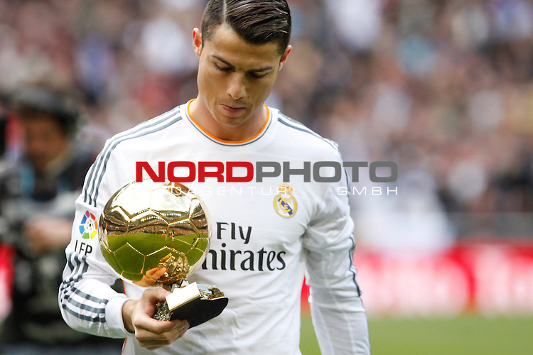 Real Madrid's Cristiano Ronaldo from poses with his FIFA Men's World Player of the Year award, before a Spanish La Liga soccer match between Real Madrid and Granada at Santiago Bernabeu stadium in Madrid, Spain. January 25, 2014. Foto © nph / Caro Marin)