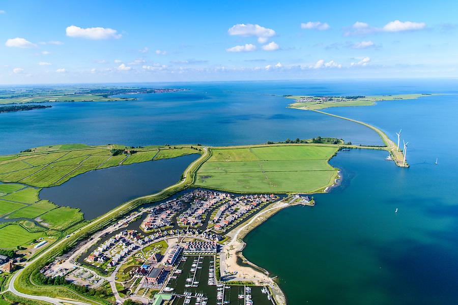 Nederland, Noord-Holland, Gemeente Waterland, 13-06-2017; jachthaven bij Uitdam, Waterlandse Zeedijk (ook: Uitdammerdijk) met IJsselmeer.<br /> De dijk staat op de nominatie om verstrekt te worden, bewoners en actievoerders vrezen aantasting van de monumentale dijk en verlies culturele waarden.<br /> Uitdam marina en Uitdammerdijk, rural area, North of Amsterdam.<br /> The dike is nominated to be reinforced, residents and activists fear losing the monumental quality of the dike and losing other cultural values.<br /> luchtfoto (toeslag op standaard tarieven);<br /> aerial photo (additional fee required);<br /> copyright foto/photo Siebe Swart