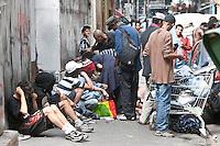SAO PAULO, 24 DE JULHO DE 2012 - CRACOLANDIA SP- na foto usuarios de Crack na rua guaianazes, usando drogas na rua<br /> mesmo com a continuidade do Plano do governo estadual, Operação Cracolândia, iniciada em 3 de janeiro deste ano para combater o consumo e a venda de crack nas ruas do centro de São Paulo <br /> Local:, rua guaianazes, bairro campos eliseos, centro de Sao Paulo<br /> FOTO VAGNER CAMPOS BRAZIL PHOTO PRESS