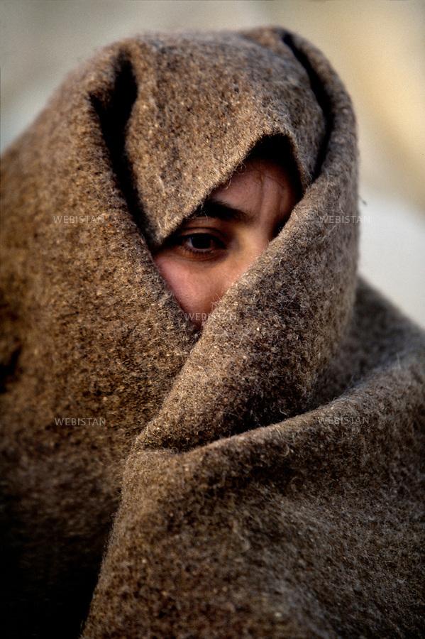 2000. Portrait of a young woman wearing the traditional veil during a folk festival in Kabaw. Portrait d'une jeune femme portant le voile traditionnel pendant un  festival folklorique à Kabaw.