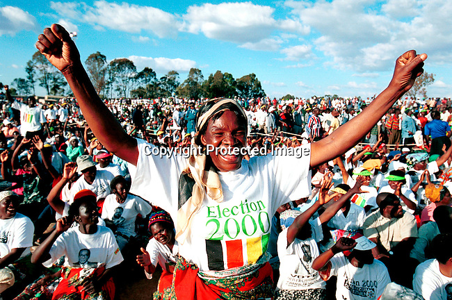 dicozim00112 Zimbabwe. An election rally for the ruling pary, Zanu-PF in Harare, Zimbabwe a day before the Parlamentary election on June 24-25, 2000. People are waiting for President Robert .Mugabes arrival. .©Per-Anders Pettersson/iAfrika Photos
