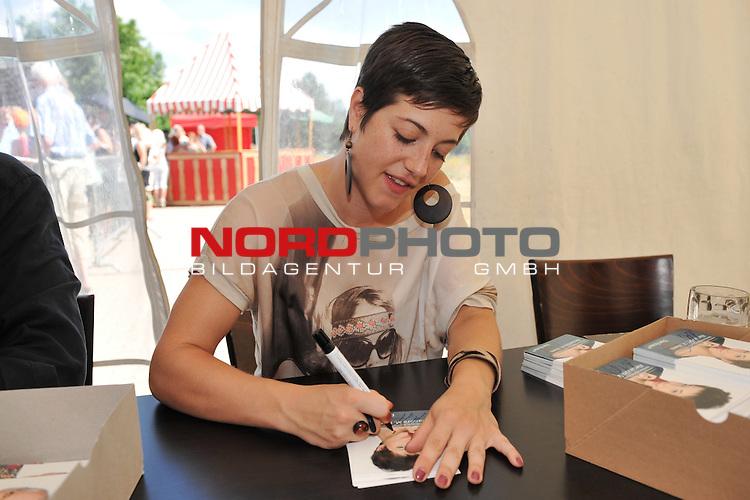 28.07.13, Rote Rosen Studio, Lueneburg, Rote Rosen, Fan-Tag,  im Bild Alexandra M.Horn bei der Autogrammstunde// during the day 2013/07/28,Lueneburg<br /> Foto &copy; nph/ Witke