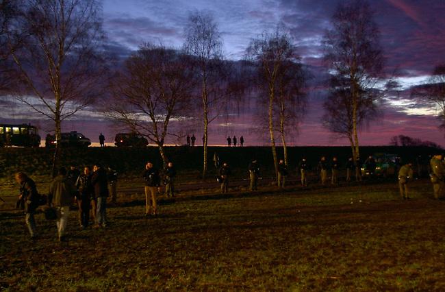 Polizei sichert Castor-Transport im November 2002<br /> Ein Transport von zwoelf Castoren aus der franzoesichen Wiederaufbereitungsanlage La Hague traf am Mittwoch den 13. November 2002 im Wendland ein. Trotz Blokaden auf den Schienen, gelang es den Zug mit nur wenigen Stunden Verspaetung an sein Ziel zu bringen. Immer wieder hatten sich Umweltschuetzer auf den Gleisen festgekettet um den Transport zu verhindern, wurden jedoch von der Polizei geraeumt.<br /> Im Bild: Morgendaemmerung an der Castorstrecke.<br /> Fuer das erste Novemberwochenende 2010 ist wieder ein Transport von 13 stark radioaktiven Castorbehaeltern nach Gorleben geplant. Die Antiatom-Bewegung plant fuer diesen Transport umfangreiche Proteste und kuendigte an, an den Gleisen den Schotter zu entfernen.<br /> 14.11.2002, Rohsdorf<br /> Copyright: Christian-Ditsch.de<br /> [Inhaltsveraendernde Manipulation des Fotos nur nach ausdruecklicher Genehmigung des Fotografen. Vereinbarungen ueber Abtretung von Persoenlichkeitsrechten/Model Release der abgebildeten Person/Personen liegen nicht vor. NO MODEL RELEASE! Nur fuer Redaktionelle Zwecke. Don't publish without copyright Christian-Ditsch.de, Veroeffentlichung nur mit Fotografennennung, sowie gegen Honorar, MwSt. und Beleg. Konto: I N G - D i B a, IBAN DE58500105175400192269, BIC INGDDEFFXXX, Kontakt: post@christian-ditsch.de<br /> Bei der Bearbeitung der Dateiinformationen darf die Urheberkennzeichnung in den EXIF- und  IPTC-Daten nicht entfernt werden, diese sind in digitalen Medien nach &sect;95c UrhG rechtlich geschuetzt. Der Urhebervermerk wird gemaess &sect;13 UrhG verlangt.]