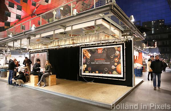 Nederland Rotterdam   2017 - Leegstand in de Markthal. De Markthal in Rotterdam is een woon- en winkelgebouw met inpandige markthal, gesitueerd bij Blaak. Naast een overdekte markt herbergt het complex 228 appartementen, winkels en horeca. Het gebouw is een ontwerp van MVRDV architecten.   Foto Berlinda van Dam / Hollandse Hoogte