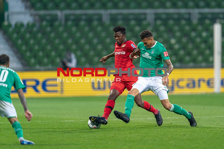 Edmond Tapsobsa (Leverkusen #12),  <br /> Davie Selke  (SV Werder Bremen #09)<br /> <br /> Sport: Fussball: 1. Bundesliga: Saison 19/20: <br /> 26. Spieltag: SV Werder Bremen vs Bayer 04 Leverkusen, 18.05.2020<br /> <br /> Foto ©  gumzmedia / Nordphoto / Andreas Gumz / POOL <br /> <br /> Nur für journalistische Zwecke! Only for editorial use!<br />  DFL regulations prohibit any use of photographs as image sequences and/or quasi-video.