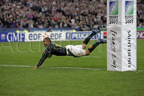 14.10.2007: South Africa wing Bryan Habana dives over the line to score his second half try during the IRB Rugby World Cup semi-final game between South Africa and Argentina played at Stade de France, Paris. South Africa won the game 37-13.