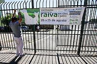 SAO PAULO, SP, 20 AGOSTO 2012 - VACINACAO CONTRA RAIVA - Funcionario do Suvis na Mooca e visto colocando faixa alertando a populacao sobre a Vacinacao Contra Raiva, que comeca hoje e vai ate o proximo dia 25. Segundo o Centro de Zoonoses, todos os cães e gatos que ainda não tenham sido imunizados neste ano e com mais de três meses de idade, devem receber a vacina. (FOTO: VANESSA CARVALHO / BRAZIL PHOTO PRESS).