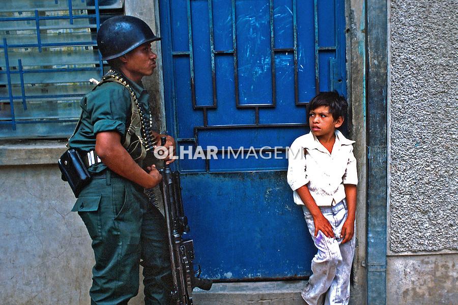 Exército na guerra civil de El Salvador. 1982. Foto de Juca Martins.
