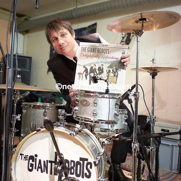Lausanne, le 12 mars 2041, Tanguy, membre du groupe Giant Robots, presse en Vinyle leur albums. © sedrik nemeth