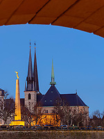 Gotische Kathedrale Notre Dame und Mahnmal G&euml;lle Fra auf der Place de la Constitutio, Luxemburg-City, Luxemburg, Europa, UNESCO-Weltkulturerbe<br />