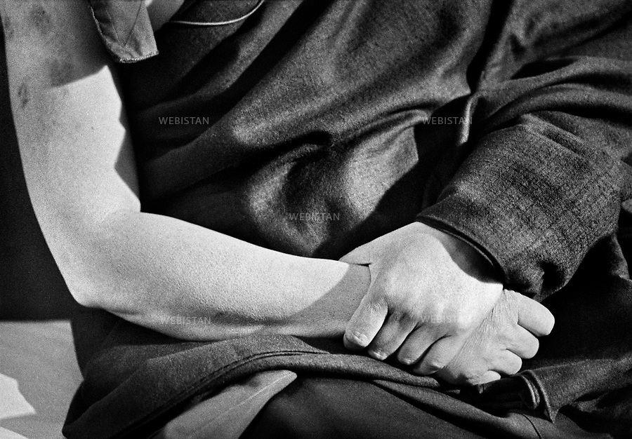 1989. France. Close-up of the hands of Tibetan Tenzin Gyatso, the 14th Dalai Lama, spiritual leader of Tibetan Buddhism. France. Gros plan sur les mains du Tibétain Tenzin Gyatso, le 14e dalaï lama, le plus haut chef spirituel du bouddhisme tibétain.