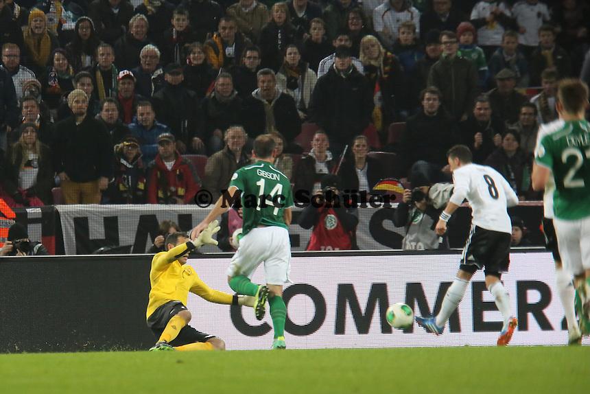 Mesut Özil (D) erzielt den 3:0 Endstand - WM Qualifikation 9. Spieltag Deutschland vs. Irland in Köln