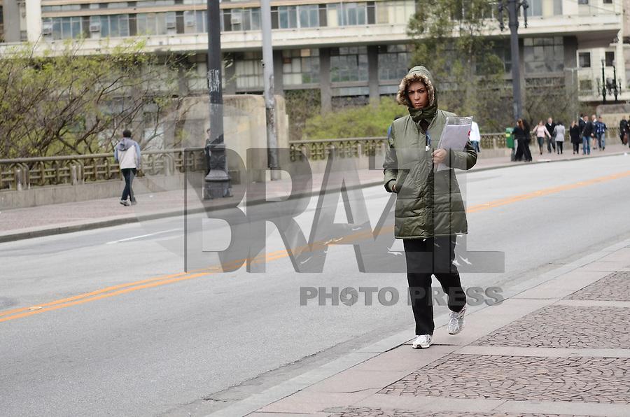 ATENÇÃO EDITOR: FOTO EMBARGADA PARA VEÍCULOS INTERNACIONAIS. SAO PAULO, 26 DE SETEMBRO DE 2012 - CLIMA TEMPO SP - Paulsitano vive dia de baixas temperaturas, no Viaduto do Cha, regiao central da capital, nesta quarta feira (26). FOTO: ALEXANDRE MOREIRA - BRAZIL PHOTO PRESS