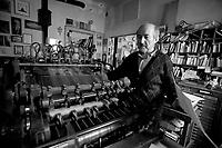 """Alberto Casiraghi, o Casiraghy, è l'editore tipografo della casa editrice """"Pulcino Elefante"""" ad Osnago (LC). 10.000 titoli per le sue plaquette stampati in 30 copie ciascuna."""
