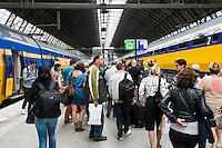 Nederland, Amsterdam, 6 sept 2014<br /> NS station Amsterdam Centraal met veel mensen die zijn uitgestapt op het perron.  <br /> Foto: (c) Michiel Wijnbergh