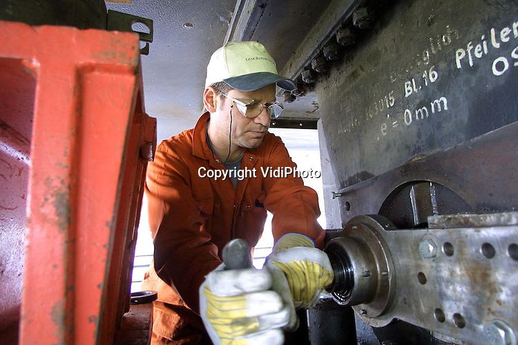 Foto: VidiPhoto..EWIJK - Na 25 jaar en een half miljard voertuigen zijn de stootblokken onder de Waalbrug bij Ewijk aan vervanging toe. Onder het wegdek van de brug (rijksweg A50) zijn werknemers van een offshorebedrijf uit Vlissingen bezig met de voorbereidingen voor het vernietigen van de pennen waar de stootblokken mee vastgenageld zitten. De enormde stalen pennen zitten te vast om er uit te kunnen halen. Het werk gebeurt in opdracht van Rijkswaterstaat.