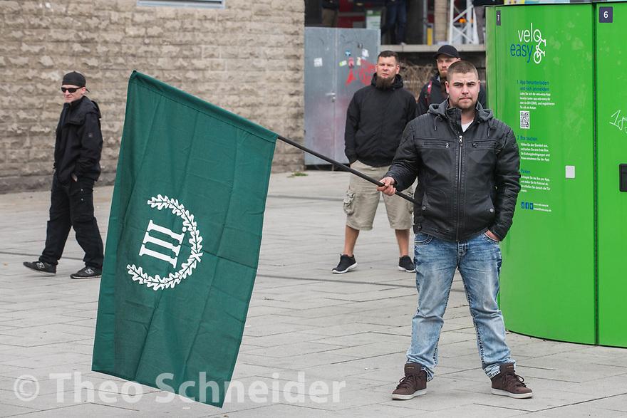 """Rund 20 Anhänger der Neonazi-Kleinstpartei """"Der III. Weg"""" versammelten sich am Bahnhof Lichtenberg zu einer Kundgebung gegen Kapitalismus."""