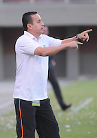ENVIGADO- COLOMBIA -13-04-2014: Juan C Sanchez, tecnico de Envigado FC da instrucciones a los jugadores durante  partido Envigado FC y Deportivo Cali por la fecha 13 de la Liga Postobon I 2014 en el estadio Polideportivo Sur de la ciudad de Envigado. /  Juan C Sanchez, coach of Envigado FC gives instructions to the players during a match Envigado FC and Deportivo Cali for the date 13 th of the Liga Postobon I 2014 at the Polideportivo Sur stadium in Envigado city. Photo: VizzorImage / Luis Rios / Str.