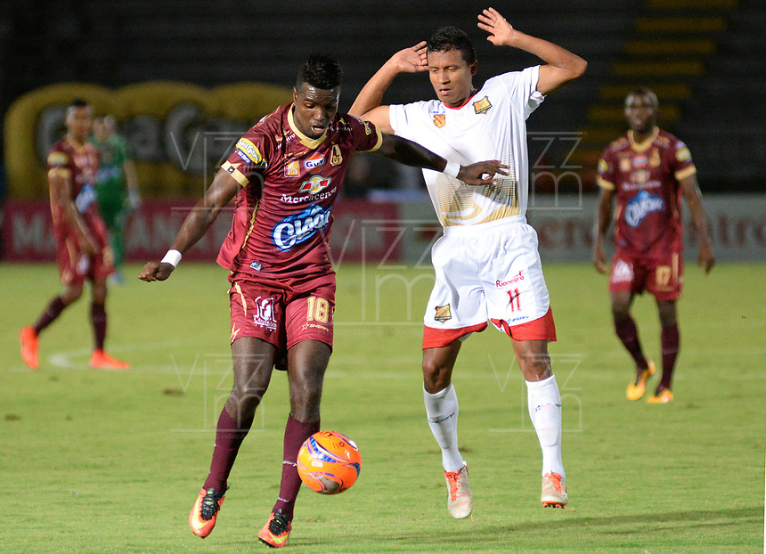 IBAGUÉ -COLOMBIA, 11-05-2017. Marco Perez (Izq) jugador de Deportes Tolima disputa el balón con Luis Mosquera (Der) jugador de Rionegro Aguilas durante partido por la fecha 17 de la Liga Águila I 2017 jugado en el estadio Manuel Murillo Toro de la ciudad de Ibagué. / Marco Perez (L) player of Deportes Tolima vies for the ball with Luis Mosquera (R) player of Rionegro Aguilas during match for date 17 of the Aguila League I 2017 played at Manuel Murillo Toro stadium in Ibague city. Photo: VizzorImage / Juan Carlos Escobar / Cont
