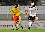 2015-10-24 / voetbal / seizoen 2015-2016 / Oosterzonen - Bocholt / Een duel om de bal tussen Arne Hoefnagels (voor) (Oosterzonen) en Niek Van den Putte (achter) (Bocholt)