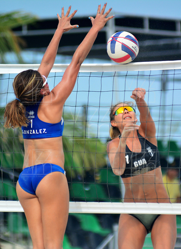 BARRANQUILLA - COLOMBIA, 30-07-2018:María Gonzalez (PRO) y Natalia Girón (GUA) en Voley playa .Juegos Centroamericanos y del Caribe Barranquilla 2018. /María Gonzalez (PRO)  and Natalia Girón in Beach volleyball of the Central American and Caribbean Sports Games Barranquilla 2018. Photo: VizzorImage /  Alfonso Cervantes /Contribuidor