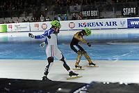 SCHAATSEN: DORDRECHT: Sportboulevard, Korean Air ISU World Cup Finale, 12-02-2012, Final B 1000m (2) Men, Maxime Chataignier FRA (21), Daisuke Uemura JPN (48), ©foto: Martin de Jong