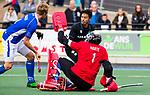 UTRECHT - keeper David Harte (Kampong)  met Kenta Tanaka (HGC)  tijdens de hoofdklasse  hockeywedstrijd heren, Kampong-HGC (3-3) . COPYRIGHT KOEN SUYK