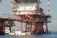 - platforms for the extraction of oil and natural gas in Adriatic sea of forehead to Ravenna....- impianti per l'estrazione di petrolio e gas naturale in mar Adriatico al largo di Ravenna..