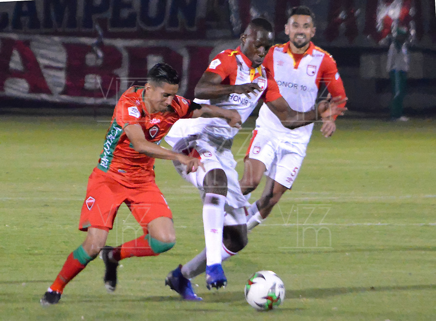 TUNJA- COLOMBIA, 17-02-2019: Baldomero Perlza (Der.) jugador del Independiente Santa Fe durante partido contra Patriotas Boyacá por la fecha 5 de la Liga Águila I  2019 jugado en el estadio La Independencia de la ciudad de Tunja. / Baldomero Perlaza  player of Independiente Santa Fe during the match of Patriotas Boyaca for the date 5 of the Liga Aguila I 2019 played at the La Independencia stadium in Tunja city. Photo: VizzorImage / José Miguel Palencia / Contribuidor