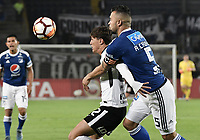 BOGOTA - COLOMBIA, 28-02-2018: Andres Cadavid (Der) jugador de Millonarios de Colombia disputa el balón con Mateus Vital (Izq) jugador de Corinthians de Brasil durante partido por la fecha 1, grupo 7, de la CONMEBOL Libertadores 2018 jugado en el estadio Nemesio Camacho El Campin de la ciudad de Bogotá. / Andres Cadavid (R) player of Millonarios of Colombia fights for the ball with Mateus Vital (L) player of Corinthians of Brasil during match for the date 1, group 7, of the CONMEBOL Libertadores 2018 played at Nemesio Camacho El Campin stadium in Bogota city. Photo: VizzorImage / Gabriel Aponte / Staff.