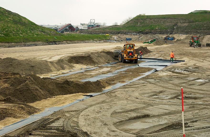 Nederland, Twello bij Deventer, 4 april, 2003.Vuilstort, afvalstortplaats. Nieuw gedeelte voor afvalstort wordt in orde gemaakt. Een folie wordt aangelegd zodat er geen vervuiling van de grond kan plaatsvinden..Foto (c) Michiel Wijnbergh/Hollandse Hoogte.
