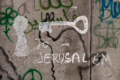 Betlehem, Palestine, Oct 2009. Un grafiti sur le mur de separation, indique un acces imaginaire a Jerusalem, rendue inaccessible pour les palestiniens par le mur.