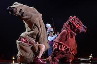 SÃO PAULO, SP, 29 DE MARÇO DE 2013 - CIRQUE DU SOLEIL - Apresentação do espetáculo Corteo realizado pelo Cirque Du Soleil na noite desta sexta feira (29) no Parque Villa Lobos em São Paulo. A produção conta a morte e o funeral imaginado por um palhaço. Mas, ao invés de tristeza na ocasião, acontece uma grande festa de cortejo (em italiano, corteo), em forma de desfile. O elenco é composto por artistas de 25 nacionalidades diferentes e conta com cinco brasileiros. Corteo já foi visto por mais de 6,5 milhões de pessoas no mundo e mistura em sua trilha sonora canções alegres e líricas. A temporada vai de 30 de março a 14 de julho. FOTO LEVI BIANCO - BRAZIL PHOTO PRESS