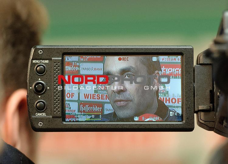06.01.2014, Weserstadion, Bremen, GER, 1.FBL, Werder Bremen Robin Dutt, im Bild Robin Dutt (Trainer Werder Bremen) auf dem Display einer TV-Kamera<br /> <br /> Foto &copy; nordphoto / Frisch