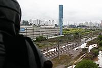 SÃO PAULO, SP,11.03.2019: CHUVA-SP - Após fortes chuvas, região da estação Tamanduateí, na Vila Prudente, continua com pontos de alagamento. Linha turquesa da CPTM está fora de circulação, obrigando usuários a aguardarem desde a noite de domingo, ou seguirem pelos trilhos do trem. (Foto: Carla Carniel/Código19)