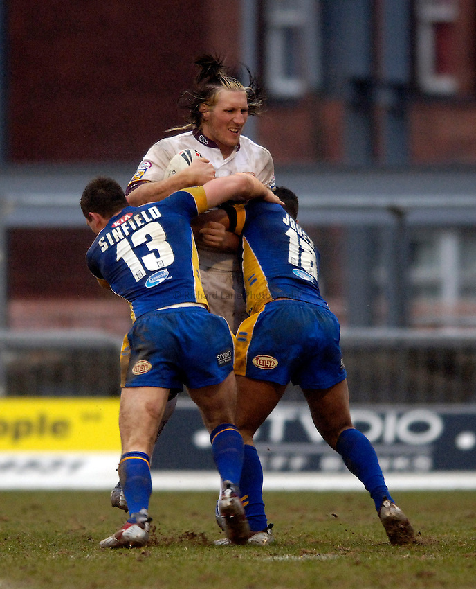 Photo: Jed Wee..Leeds Rhinos v Huddersfield Giants. Engage Super League. 12/02/2006..Huddersfield's Eorl Crabtree (C) can't find a way through.